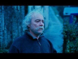 Portrait d'un homme barbu, dans une lumière bleutée