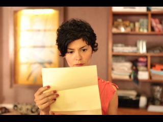 Jeune femme lisant une lettre d'amour anonyme (Audrey Tautou)