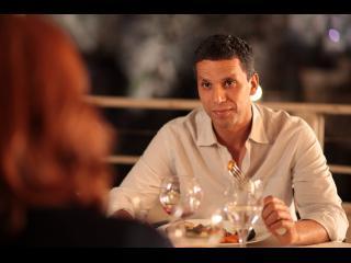 Un homme et une femme, face à face, au restaurant