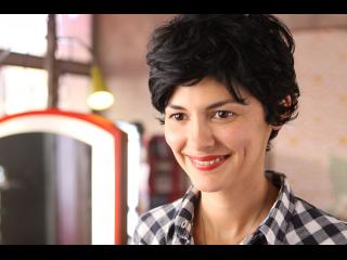 Gros plan sur le visage souriant d'une jeune femme (Audrey Tautou)