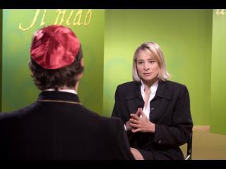Emission de Télévision : une présentatrice est face à son invité