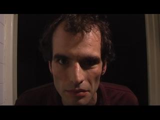 Portrait d'un homme aux cheveux bruns, dans entrebâilleur d'une porte