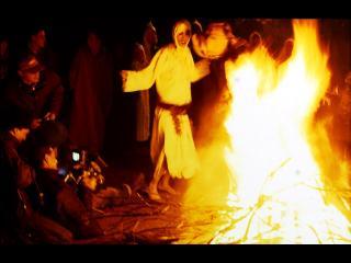 Personnes dansant autour d'un feu