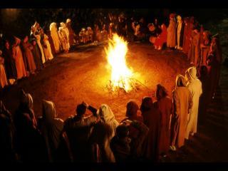 Personnes en cercle autour d'un feu