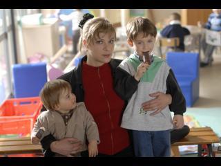Une femme tenant deux petits garçons par la taille