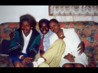 Deux femmes et un homme camerounais sur un canapé
