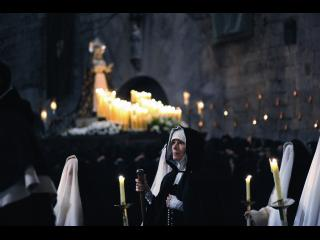 Religieuses portant des bougies lors d'une veillée