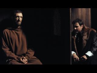 Un moine (Vincent Cassel) procédant à une confession
