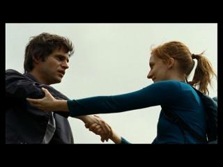 Un homme et une femme se tiennent la main et se regardent