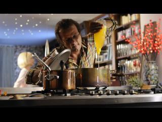 Homme versant du liquide vaisselle jaune dans une casserole