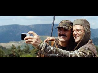 Deux hommes se prenant en photo lors d'une partie de chasse