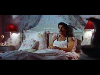 Homme allongé dans un lit