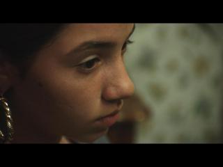 Gros plan sur le visage d'une jeune fille rom