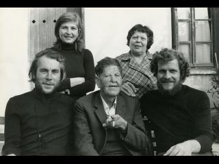 Jean-Daniel Pollet (à gauche au premier rang) et Maurice Borne entourant le poète (et juriste) lépreux Raimoundakis (tournage du film L'Ordre)
