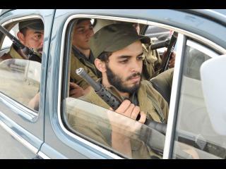 Quatre militaires armés dans une voiture