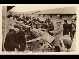 Photo sépia des années 1930 sur laquelle les réfugiés d'un camp font leur toilette