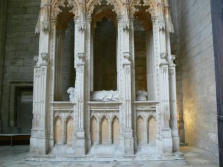 Un hôtel sculpté dans la pierre, sur lequel repose la statue d'un mort, certainement un religieux important