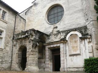 Entrée d'une église ou d'un monastère d'époque médiévale