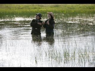 Un homme et une femme dans une mare, de l'eau jusqu'à la taille