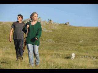 Un homme et une femme debout dans un champ