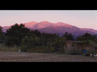 Coucher de soleil rose au-dessus d'une montagne