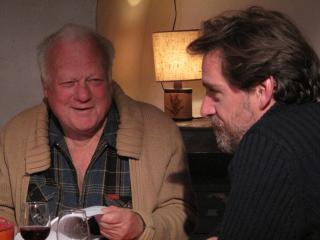 Un homme et son père discutent autour d'un verre de vin