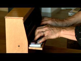 Gros plan sur des mains jouant du piano