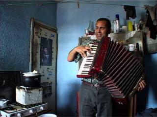 Un homme rom jouant de l'accordéon