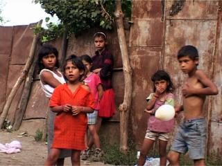 Enfants roms jouant dans la rue
