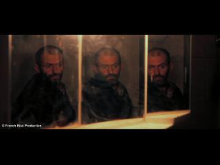 Portrait d'un homme qui se regarde dans trois miroirs, dans une salle de bain
