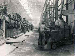 Photo d'archive en noir et blanc de l'usine à ses débuts