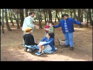 Deux femmes, deux enfants et deux hommes, dans une forêt
