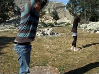 Deux élèves du conservatoire de danse de Montpellier dansent dans un parc