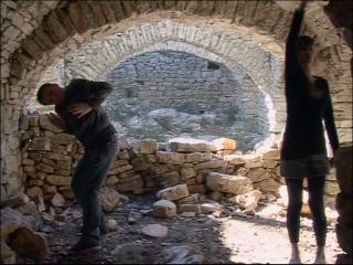Deux élèves du conservatoire de danse de Montpellier dansent dans des ruines