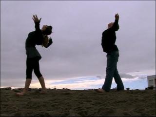 Deux élèves du conservatoire de danse de Montpellier dansent sur la plage