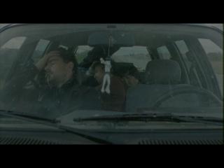 Trois hommes sont assoupis dans une voiture
