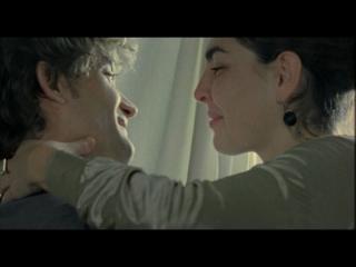 Un jeune homme et une jeune femme se regardant avec complicité