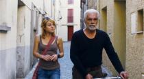 Homme d'âge mûr et jeune-fille marchant dans la rue