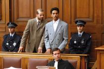 Omar, entouré de son avocat et de policiers, lors de son procès