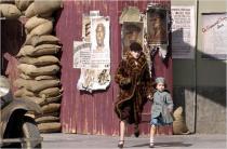 Une femme et une petite fille courent dans la rue