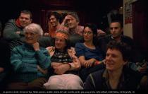 Une famille réunie sur un canapé, regarde dans la même direction