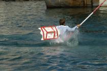 Jouteur dans l'eau, en mouvement