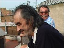 deux hommes riant, sur le toît d'un immeuble