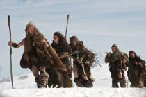 Groupe de Néandertaliens marchant dans un paysage enneigé