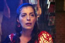 Une femme vêtue d'un costume traditionnel flamenco regarde au loin