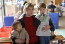 Femme tenant par la taille deux petits garçons