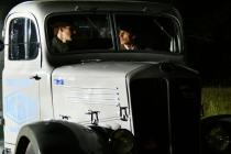 Deux hommes assis dans une voiture