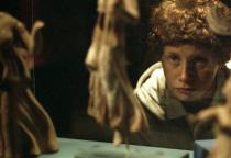Un jeune garçon se regarde dans un miroir