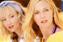 Deux femmes blondes (Sandrine Kiberlain et Audrey Lamy) regardent dans la même direction